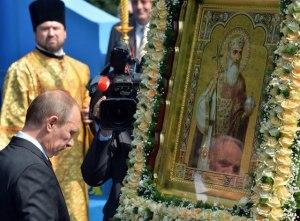 Vladimir-Putin-prays
